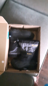 Lightly used Colombia Boots Enfants sz 9