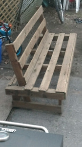Free recycled pallet outdoor bench