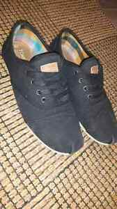 TOMS in like new condition! Size 8 wide