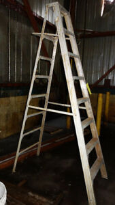 8-STEP ALUMINUM LADDER