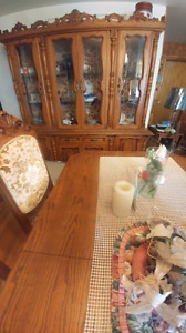 Beautiful solid oak hutch and table x 6 chairs matching set