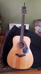 Yamaha FG 700S Guitar, soft case, stand and capo