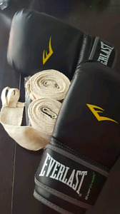 SET OF BOXING GLOVES WITH 2 SETS OF WRIST WRAPS