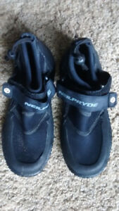 Youth wet suit boots size 5 or women's 6