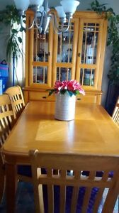 Beautiful mint condition 6 chairs, table  dinette  oak set