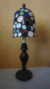 4U2C VINTAGE LAMP WITH PEBBLE STYLE LEAD GLASS SHADE