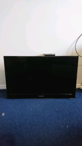 """Samsung 32"""" TV with wall mount"""