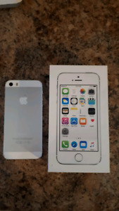 Apple iPhone 5s With 16 GB Memory And Charger! Unlocked!
