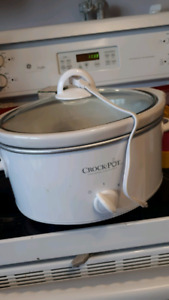 EXCLELLENT CONDITION 4quart white crockpot
