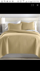 Brand new Acosta Reverdible Quilt Set Queen
