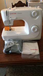 BRAND NEW SINGER SEWING MACHINE NEVER USED