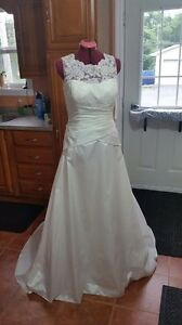 **PRICE LOWERED!**Size 12 Wedding Dress