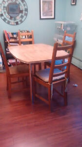 kitchen table - extendable - with 4 chairs