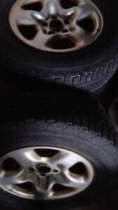 Quatre roues d'acier 16'' (5trous) avec pneus d'hiver 225/70/16