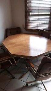 Kitchen Table/ 4 Chairs / Leaf