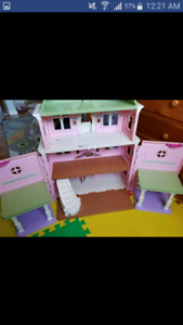 Doll house in Good condition