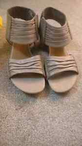 Clarks hardly worn shoes $5 each London Ontario image 2