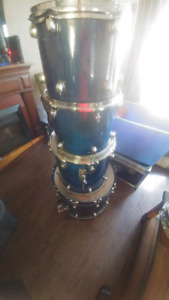 Selling 5 priece drum set. Yamaha snare and some toms