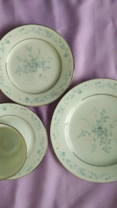 Noritake Carolyn  6 place settings - 30 pieces for 40 dollars