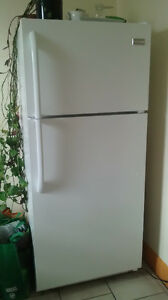 FRIDGE FRIGIDAIRE almost brand new! ( Villeray ) comme neuf!