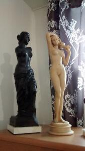 2 statues en résine : Venus noire sans bras et une femme nue
