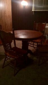 Dinning room table with 4 chairs , in mint condition