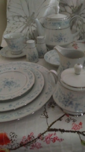 Noritake Carolyn  10 place setting w/teapot, cream and sugar, sa