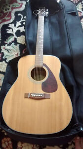 Yamaha F325 acoustic guitar with soft case