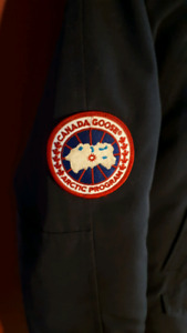Navy blue authentic Canada Goose bomber style winter jacket sm