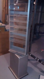 Swiveling display case with 10 shelves (lockable)