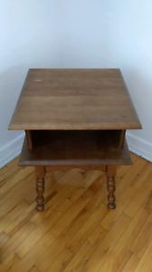 Table de chevet en bois.