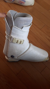 Women's white ski boot (size 9)