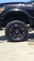 "35 "" Pro Comp Xtreme A/T on 20 "" Monster Energy Dropstar rims."