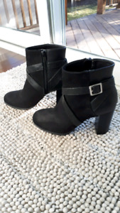 Black suede boots sz 8 buckle and zipper