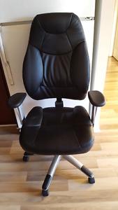 Chaise en cuir en très bon état à vendre