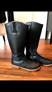 Women's Bogs waterproof leather boots. Like new! Size 9