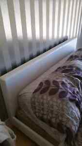 King bed frame mint condition. No matress just frame headboard Windsor Region Ontario image 1