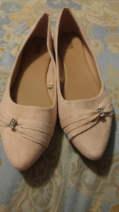 Pale pink ladies dress shoes with rhinestone accent size 9