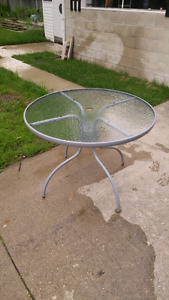 Round patio table