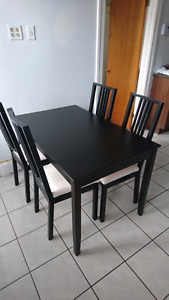 Table à manger + 4 chaises