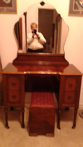 Vanity Dresser with Mirror / Chest of Drawers