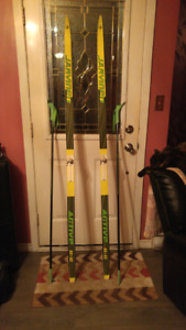 Cross country skis .