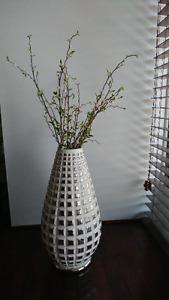 Vase à fleur conique avec plante artificielle