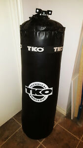 75lb Heavy TKO Punching Bag with mount, Excellent Condition