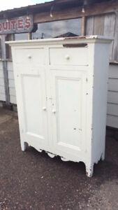 armoire antique en pin, grille a plancher, moulin a coudre
