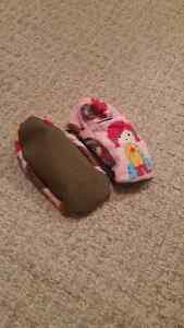 Sz 6/7 robeez style shoes/slippers