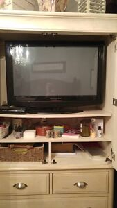 32 INCH LCD VISION QUEST FLAT SCREEN TV INCLUDES REMOTE
