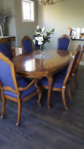 Dining room table with 8 chairs and leaf extensions