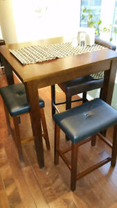 mahogany pub table 32 in square with 4 stools