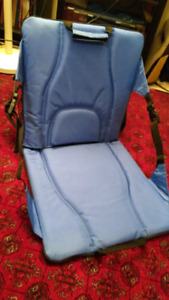 Foldable stadium seat, with removable insulated compartment